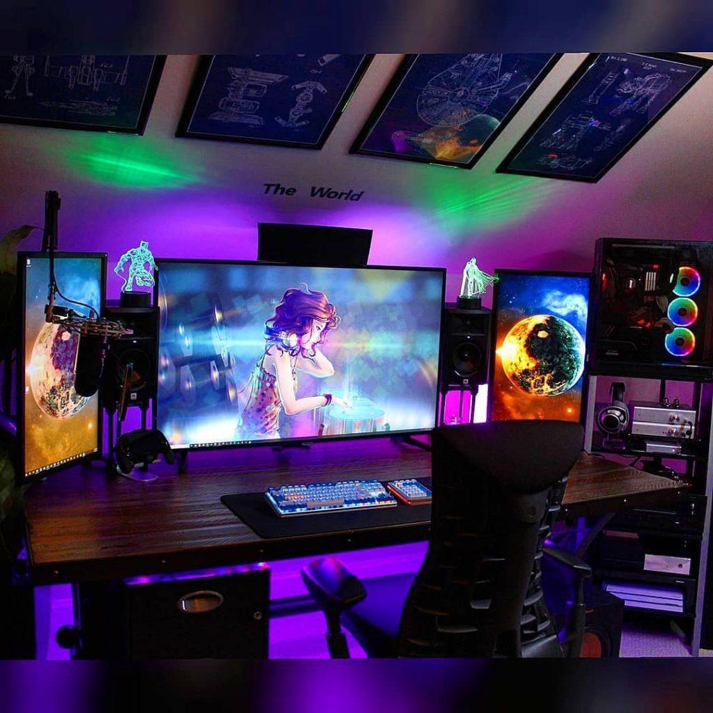 habitacion gamer con 3 monitores