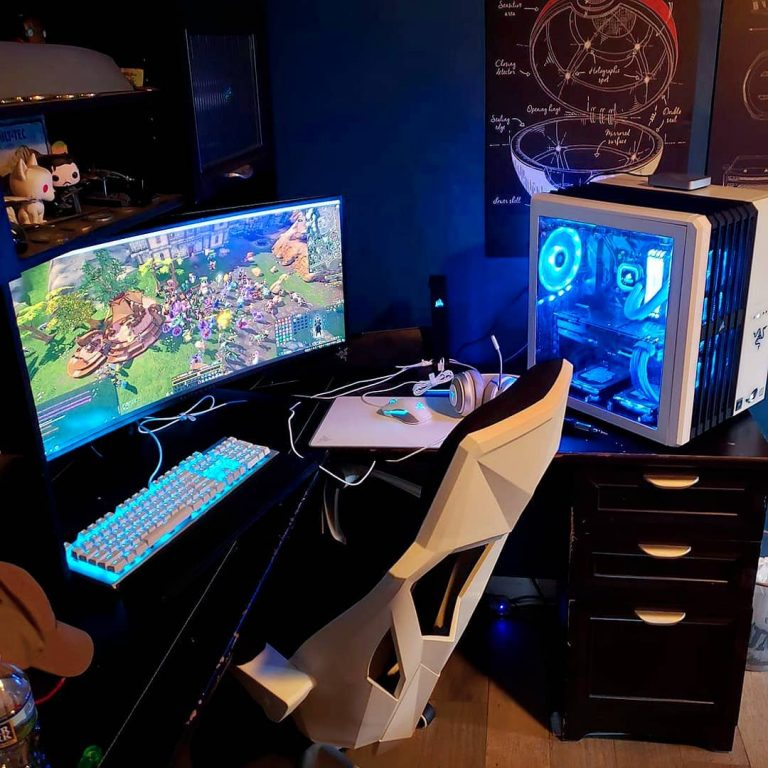 habitacion gamer youttuber y streamer en color blanco negro y azul